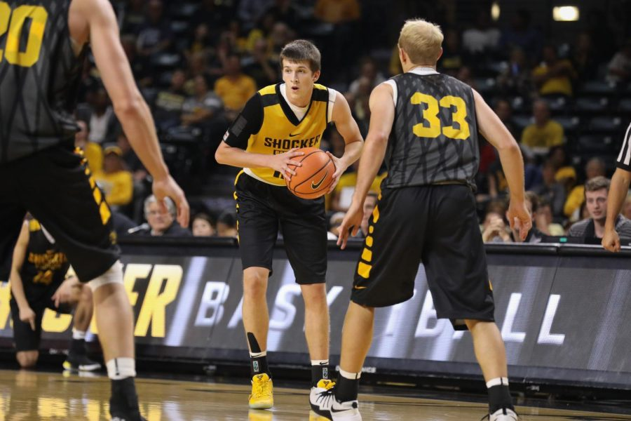 Wichita+State+guard+Austin+Reaves+looks+to+pass+during+a+scrimmage.+%28Oct.+18%2C+2017%29%0A