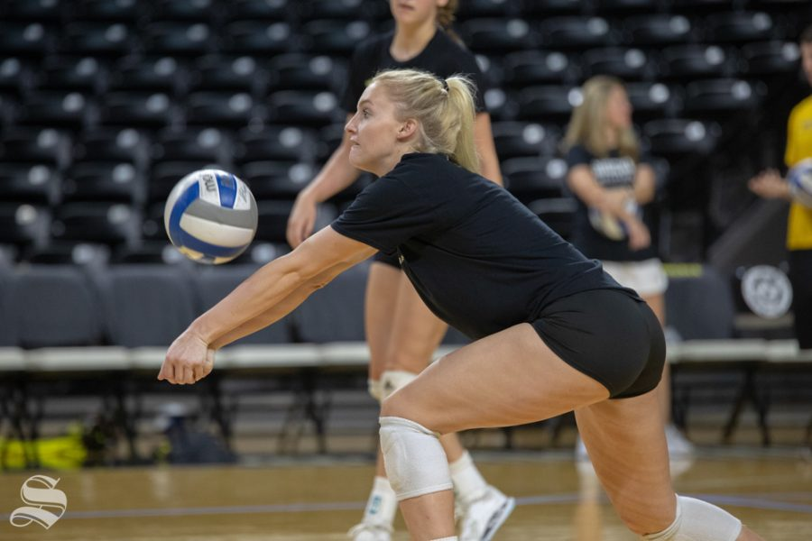 Jenna+Mak+reaches+for+a+ball+at+practice+on+Sep.+20%2C+2018.+Mak+practices+in+Koch+arena+the+day+before+their+first+home+game.