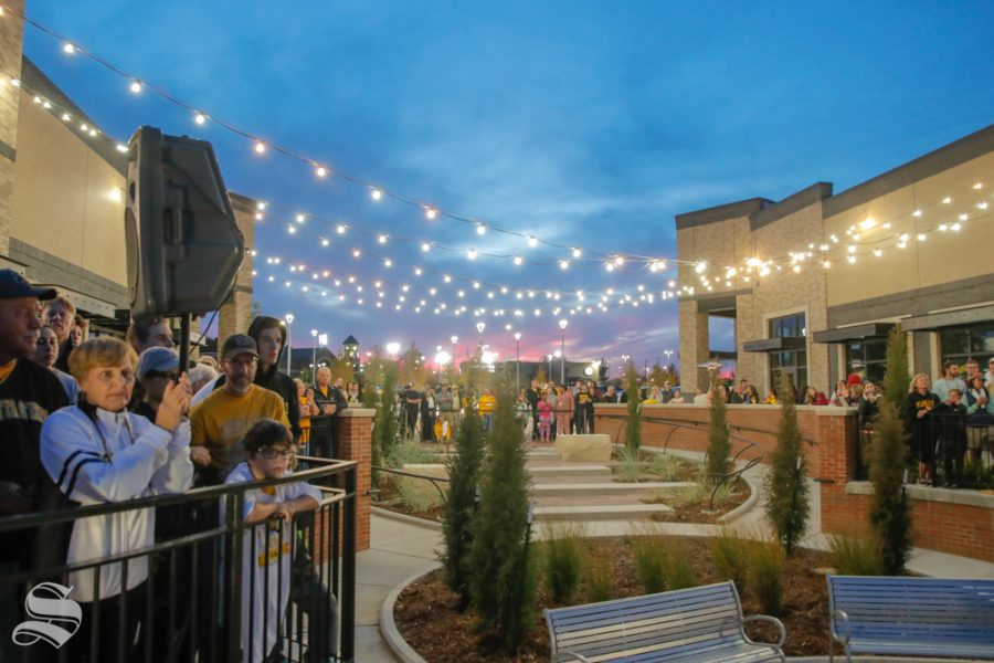 Wichita+State+Fan%27s+crowd+around+Braeburn+Square+during+the+pep+rally+held+on+Monday+night.+%28Joseph+Barringhaus%2FThe+Sunflower%29