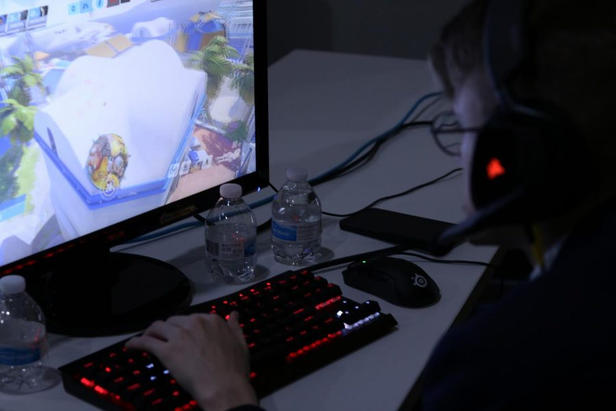 The commentator, during the eSports Exhibition, gave in-depth analyses on each role and ingame circumstance as the exhibition went on.