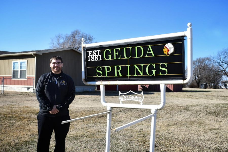 Neil+Terry%2C+mayor+of+Geuda+Springs%2C+Kansas%2C+and+Wichita+State+sophomore%2C+stands+next+to+the+Geuda+Springs+%28population+185%29+town+sign.