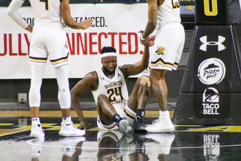 Morris Udeze celebrates with his teammates during WSU