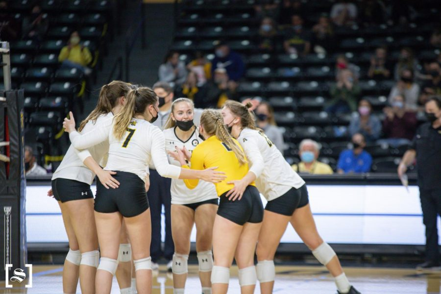 The+Wichita+State+volleyball+team+gathers+in+a+huddle+after+a+point+during+WSU%27s+game+against+Houston+on+March+26+inside+Charles+Koch+Arena.
